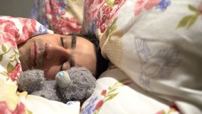 Homem considerável do querido que dorme com brinquedo do luxuoso, solidão spinless sensível da ternura, caráter macio filme