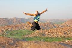 Homem considerável do salto alto Óculos de sol vestindo de um homem calvo em Hampi, Imagens de Stock Royalty Free