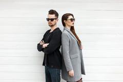 Homem considerável e mulher bonita nova nos óculos de sol fotografia de stock