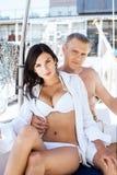 Homem considerável e uma mulher bonita e 'sexy' em um barco de navigação Fotografia de Stock