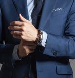 Homem considerável elegante no estilo ocasional Foto de Stock