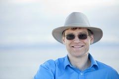Homem considerável em anos quarenta adiantados, fundo azul Foto de Stock Royalty Free