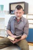 Homem considerável em sua leitura 50s um livro fotografia de stock