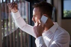 Homem considerável em um telefonema foto de stock