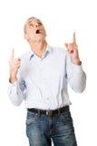 Homem considerável feliz que aponta acima Fotografia de Stock Royalty Free