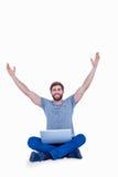 Homem considerável feliz que cheering atrás de seu computador Foto de Stock