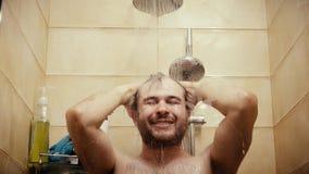 Homem considerável feliz que toma o tiro do close-up do chuveiro Fotos de Stock Royalty Free