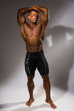 Homem considerável, muscular na máscara fotos de stock royalty free