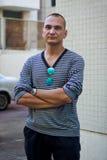 Homem considerável na camiseta descascada Imagens de Stock