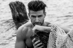 Homem considerável na praia fotos de stock royalty free