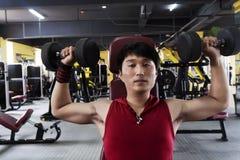Homem considerável no Sportswear no Gym fotos de stock royalty free