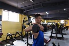 Homem considerável no Sportswear no Gym imagens de stock royalty free