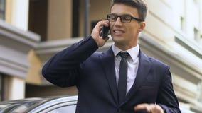 Homem considerável no terno que tem a chamada telefônica fatigante na rua, perguntas do trabalho video estoque