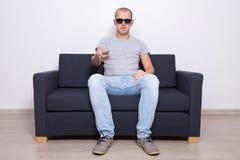Homem considerável nos vidros 3d que olha a tevê Fotos de Stock Royalty Free