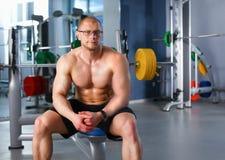 Homem considerável novo após o exercício no gym fotografia de stock