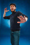 Homem considerável novo assustado, expressão facial chocada Foto de Stock