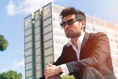 Homem considerável novo com óculos de sol Oportunidades da carreira e de trabalho fotos de stock royalty free