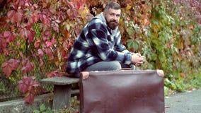 Homem considerável novo com barba e bigode Modelo sério do homem do outono considerável no parque Modo do outono Homem consider?v filme