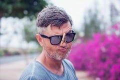 Homem considerável novo com o pregador de roupa em seu nariz allergy imagens de stock royalty free