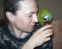 Homem considerável novo com papagaio verde imagem de stock royalty free