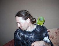 Homem considerável novo com papagaio verde foto de stock royalty free