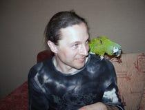 Homem considerável novo com papagaio verde imagens de stock royalty free