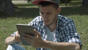 Homem considerável novo com tablet pc video estoque