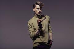 Homem considerável novo elegante com corte de cabelo à moda Imagens de Stock Royalty Free