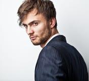 Homem considerável novo elegante. Retrato da forma do estúdio. Imagens de Stock