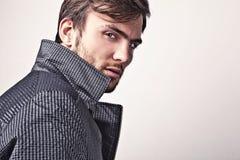 Homem considerável novo elegante. Retrato da forma do estúdio. Imagens de Stock Royalty Free