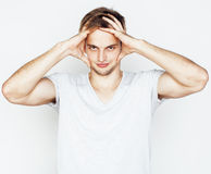 Homem considerável novo no fundo branco que gesticula, apontar, levantando o indivíduo emocional, bonito 'sexy' imagens de stock