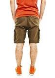 Homem considerável novo no short com mãos em uns bolsos da parte traseira Imagens de Stock