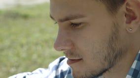 Homem considerável novo no tampão usando a tabuleta e o sorriso vídeos de arquivo