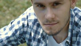 Homem considerável novo no tampão usando a tabuleta e o sorriso video estoque