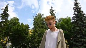 Homem considerável novo que anda no parque filme