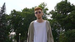Homem considerável novo que anda no parque vídeos de arquivo