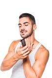 Homem considerável novo que apara sua barba Imagens de Stock Royalty Free