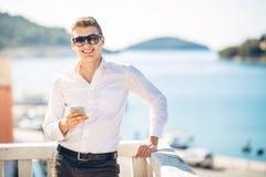 Homem considerável novo que aprecia a estada na estância luxuosa com vista panorâmica no mar foto de stock royalty free