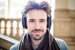 Homem considerável novo que escuta a música Foto de Stock