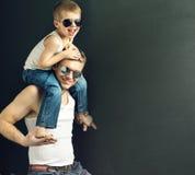Homem considerável novo que levanta com seu filho imagem de stock royalty free