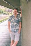 Homem considerável novo que levanta em uma estação de metro Fotografia de Stock