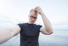 Homem considerável novo que toma uma foto do selfie fotografia de stock