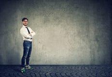 Homem considerável ocasional no fundo cinzento fotos de stock royalty free