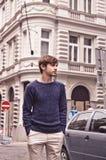 Homem considerável perto da construção velha com a parede de tijolo na camiseta Imagem de Stock