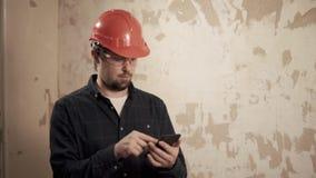 Homem considerável profissional com um telefone interno vídeos de arquivo