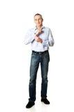 Homem considerável que abotoa seu punho Imagem de Stock