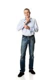 Homem considerável que abotoa seu punho foto de stock
