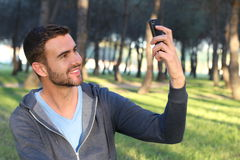 Homem considerável que agarra um PIC com seu telefone celular imagens de stock royalty free