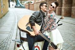 Homem considerável que canta para sua amiga amado Fotografia de Stock Royalty Free