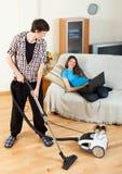 Homem considerável que faz a limpeza Foto de Stock